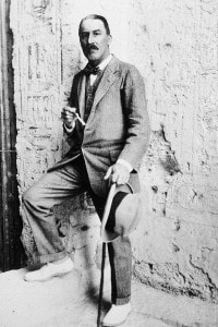 L'egittologo Howard Carter  (1874 - 1939) all'ingresso di un sito archeologico