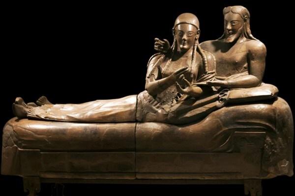 Sarcofago degli sposi, adagiati su un triclinio. In terracotta del VI secolo a.C.