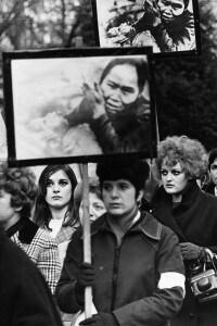 Manifestazione di donne inglesi davanti l'ambasciata americana a Grosvenor Square, Londra