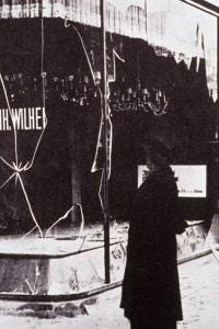 """Una vetrina devastata dopo la """"Notte dei cristalli"""" il 9 novembre del 1938"""