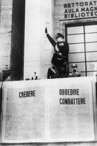 Mussolini in una cerimonia a Roma alla guida di studenti universitari nell'esercito nel 1940