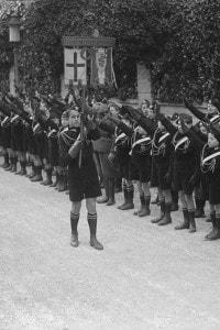 Giovani fascisti (i Balilla) che indossano le camicie nere