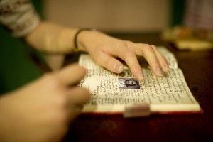 Riproduzione in cera di Anna Frank e il suo diario