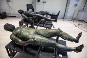I Bronzi di Riace dopo l'operazione di restauro
