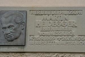 Una placca decorativa attaccata alla casa d'infanzia di Martin Heidegger