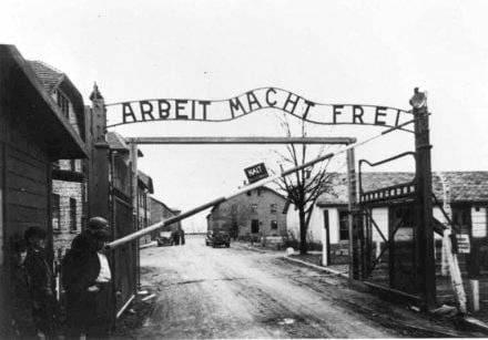 """L'ingresso di Auschwitz: """"Il lavoro rende liberi"""""""