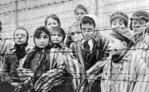 Bambini in un campo di sterminio