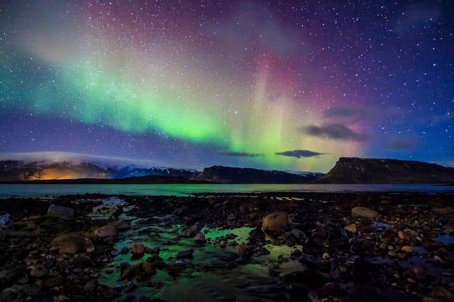 Aurora boreale nel cielo invernale islandese