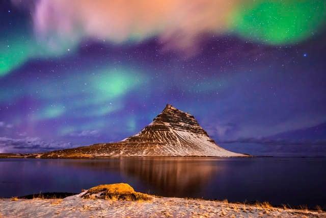 Luce celesti sopra Kirjuffell in Islanda