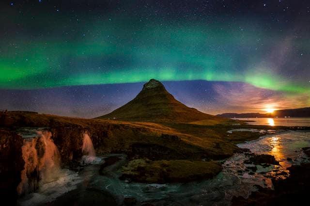 Aurora boreale sopra il Kirkjufellsfoss