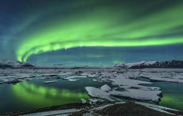 Aurora boreale sul Lago Jokulsarlon in Islanda