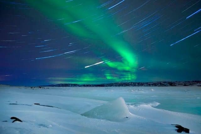 Aurora boreale sul paesaggio invernale nel nord della Norvegia