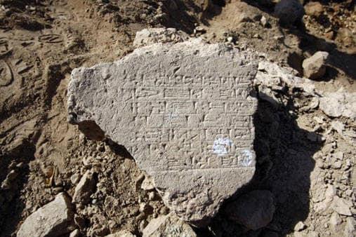 Tavola scritta fra le rovine della città babilonese