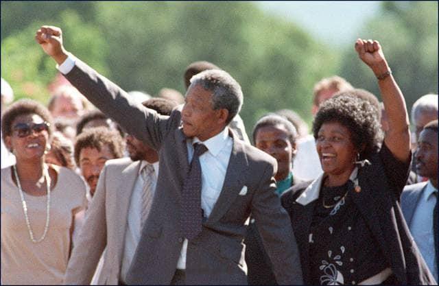 Mandela esce dalla prigione l'11 febbraio del 1990