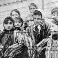 Bambini prigionieri in un campo di concentramento