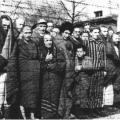 Con l'arrivo dei sovietici i prigionieri di Auschwitz ricevono coperte e assistenza
