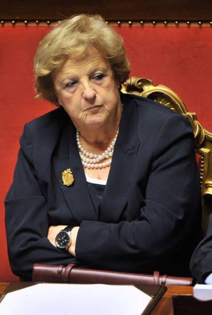 """""""Italiani fermi al posto fisso vicino a mamma e papà"""""""