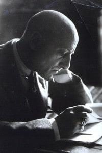 D'Annunzio nel suo studio