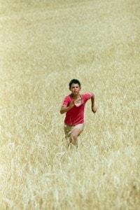 """Scena tratta dal film """"Io non ho paura"""" in cui Michele, il protagonista, corre in un campo di grano."""