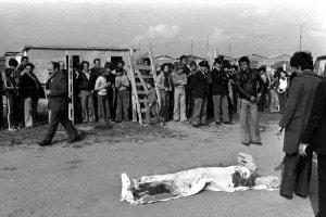 Il corpo di Pier Paolo Pasolini coperto da un lenzuolo all'Idroscalo di ostia, il 2 novembre 1975