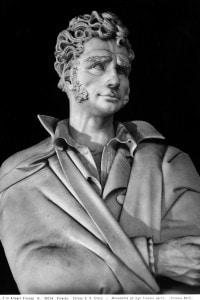 Statua di Ugo Foscolo presso la Basilica di Santa Croce