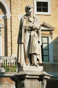 Statua di Leopardi posta nella piazza di Recanati che prende il suo nome