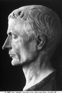 Profilo della testa dell'imperatore romano Giulio Cesare. Opera scultorea d'epoca romana, conservata al Camposanto di Pisa.
