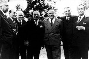 Da sinistra: Eugenio Montale, Salvatore Quasimodo, Giuseppe Ungaretti, Arnoldo Mondadori, Francesco Messina, Arturo Tofanelli, Renato Guttuso Farabolafoto