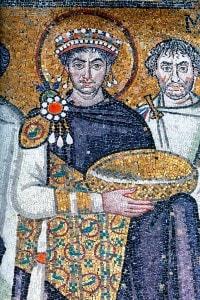 L'imperatore bizantino Giustiano in un particolare dei mosaici di San Vitale a Ravenna.