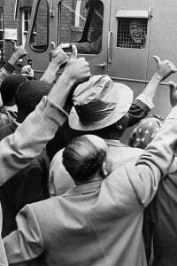 Militanti anti-apartheid portati al processo, in cui fu condannato anche Mandela nel 1956