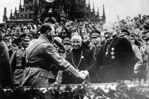 Adolf Hitler stringe la mano al vescovo cattolico Ludwig Muller nel corso del Congresso Nazionalsocialista tenutosi a Norimberga nel 1934