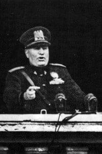 Mussolini, dal balcone di Piazza Venezia, proclama l'entrata in guerra dell'Italia