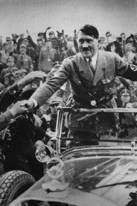 Hitler viene accolto nel 1933 a Norimberga