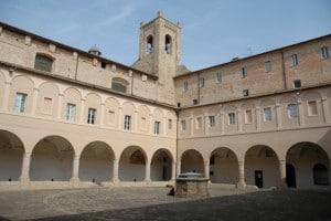 """Il chiostro della Chiesa di Sant'Agostino a Recanati con la celebre """"torre del passero solitario"""" leopardiana"""