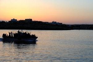 Uno dei barconi quotidianamente in viaggio verso Lampedusa