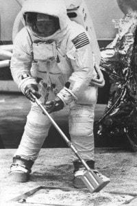 20 luglio 1969: Neil Armstrong raccoglie a mano i primi campioni di suolo lunare.