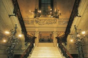 Scalinata di ingresso di Palazzo Castiglioni a Milano, simbolo dello stile Liberty italiano