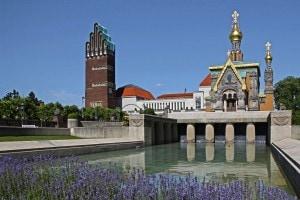 A sinistra la Torre del Matrimonio dell'austriaco Joseph Olbrich