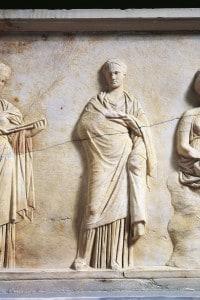 Le tre muse in un bassorilievo