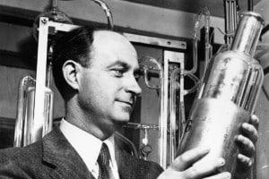Enrico Fermi prese parte al Progetto Manhattan, per la costruzione della bomba atomica. Einstein si rifiutò di fare lo stesso, ma supportò le richieste di finanziamento del gruppo di scienziati credendo nelle potenzialità dell'energia nucleare