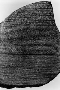Immagine della stele di Rosetta con le tre grafie che riportano lo stesso testo