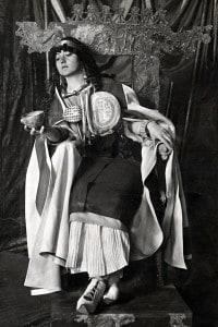 Modella vestita all'etrusca indossa i gioielli ritrovati nella tomba Regolini-Galassi di Cerveteri. Siede su trono ricostruito con parti autentiche