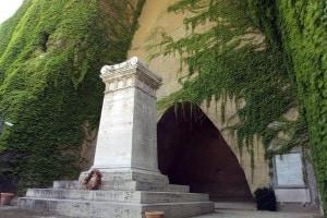 La tomba di Giacomo Leopardi a Napoli