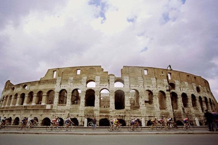 L'Anfiteatro Flavio, più comunemente conosciuto come Colosseo. Iniziato nel 72 d.C. dall'Imperatore Vespasiano e portato a termine nell'80 d.C. dall'imperatore Domiziano, prende il nome dalla dinastia flavia. Nel 1980 è stato inserito dall'UNESCO nella lista dei Patrimoni dell'umanità.