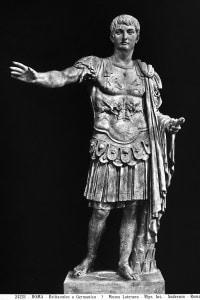 Statua raffigurante Giulio Cesare, il primo degli imperatori romani