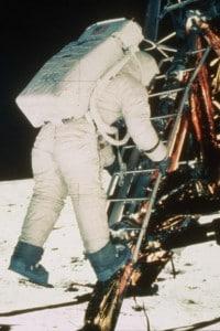Una delle recenti teorie complottiste sostiene che lo sbarco sulla luna sia un fake