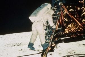 """L'astronauta Edwin """"Buzz """" Aldrin si appresta a mettere piede sulla Luna il 20 luglio 1969"""