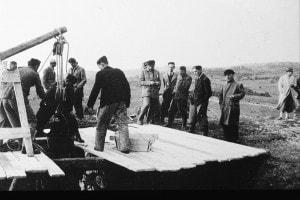 Un gruppo di persone cerca di estrarre corpi da una foiba