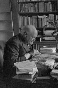 Il poeta Giuseppe Ungaretti alla sua scrivania nel 1963 a Roma