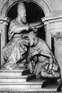 Clemente VII che incorona Carlo V; opera scultorea di Baccio Bandinelli e Giovan Battista Caccini.